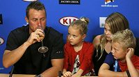 Lleyton Hewitt vedle svých dětí pije šampaňské na pozápasové tiskové konferenci po své poslední dvouhře v profesionálním tenisu.