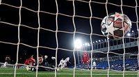 Vinicius Junior dává třetí gól Realu Madrid proti Liverpoolu v prvním čtvrtfinále Ligy mistrů.