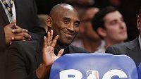 Rekonvalescent Kobe Bryant zatím navštěvuje zápasy LA Lakers pouze jako divák.