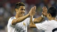 Cristiano Ronaldo (vlevo) se raduje se svým spoluhráčem z Realu Madrid Angelem Di Maríou z branky.