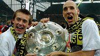 Čeští fotbalisté Tomáš Rosický a Jan Koller slaví mistrovský titul, který získali během působení v Dortmundu.