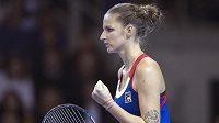 Karolína Plíšková oslavuje získaný fiftýn v zápase s Kristinou Mladenovicovou.