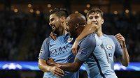 Fotbalisté Manchesteru City se radují z gólu proti Steaue Bukurešť v odvetě play off Ligy mistrů.
