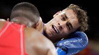 Boxer Youness Baalla z Maroka (v červeném) v akci proti Davidovi Nyikaovi z Nového Zelándu.
