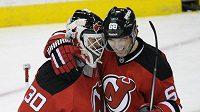 Jaromír Jágr a brankář Martin Brodeur se radují z výhry Devils nad Detroitem.
