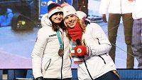 Martina Sáblíková (vlevo) a Ester Ledecká patří k největším ikonám českého sportu