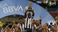 Dorlan Pabon z Monterrey se raduje s trofejí.