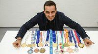 Bývalý světový rekordman v desetiboji Roman Šebrle vypsal odměnu 100 000 korun pro nálezce své zlaté medaile z olympijských her 2004 v Aténách.