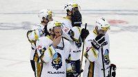 Kladenští hokejisté po prohraném zápase (ilustrační foto).