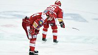 Zklamání slávistických hokejistů během utkání s Brnem. Vlevo je útočník Michal Poletín, vpravo další forvard Tomáš Vlasák.