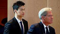 Čínský plavec Sun Jang (vlevo) a právník Ian Meakin přicházejí na jednání v Montreux.