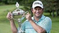 Jihoafrický golfista Tim Clark s trofejí pro vítěze Canadian Open.
