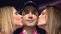 Vítěz páté etapy Gira Diego Ulissi z Itálie s hosteskami.