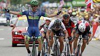 Australan Michael Matthews se raduje z triumfu v 10. etapě Tour de France.