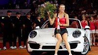 Před rokem Maria Šarapovová vyhrála ve Stuttgartu vůz Porsche 911 Carrera a měla z toho obrovskou radost.