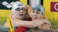 Plavkyně Petra Chocová (vpravo) vyhrála na mistrovství Evropy v krátkém bazénu ve francouzském Chartres závod na 50 metrů prsa.