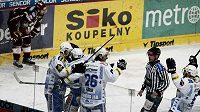 Hokejisté Brna se radují z branky na ledě Sparty.