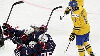 Hokejisté USA se radují ze vstřelení gólu proti Švédsku ve finále mistrovství světa hráčů do dvaceti let v Ufě.