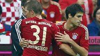 Nová posila Bayernu Mnichov Javi Martínez (vpravo) v utkání proti VfB Stuttgart nastoupil místo Bastiana Schweinsteigera.