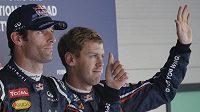 Jezdci Red Bullu Mark Webber se Sebastianem Vettelem oslavují úspěch v kvalifikaci na Velkou cenu Koreje.