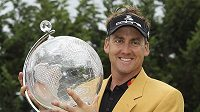 Britský golfista Ian Poulter ve zlatém saku a s trofejí pro vítěze Australian Masters