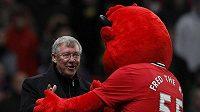 Kouč Manchesteru United Alex Ferguson s maskotem, po zápase s Basilejí určitě řádil jako čert.