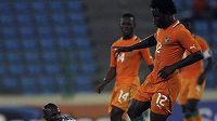 Andre Macanga z Angoly (vlevo) se marně snaží zastavit Bonyho Wilfrieda v dresu Pobřeží slonoviny.
