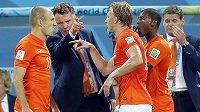 Nizozemská porada: zleva Arjen Robben, kouč Louis van Gaal, Dirk Kuijt a Georginio Wijnaldum.