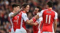 Spoluhráči z Arsenalu gratulují Tomáši Rosickému (druhý zleva) ke gólu proti Evertonu.
