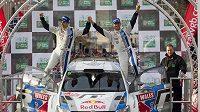 Sébastien Ogier se spolujezdcem Julienem Ingrassiou oslavují triumf v Britské rallye.