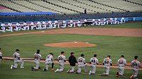 Hráči a trenéři Los Angeles Dodgers a San Francisco Giants na Dodger Stadium.