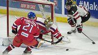 Brankář české hokejové dvacítky Daniel Vladař likviduje za pomoci Radka Koblížka akci Kanaďana Dillona Dubého v přátelském utkání v Ottawě.