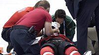 Zraněný švýcarský útočník Phil Baltisberger v péči lékařů.