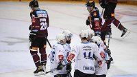 Hokejisté Plzně se radují z gólu na ledě Sparty.