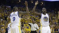 Basketbalisté Golden State Draymond Green (23) a Andre Iguodala (9) se radují z vítězství.