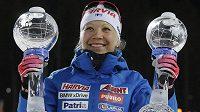 Finka Kaisa Mäkäräinenová s trofejemi za závody s hromadným startem a celkové pořadí SP.