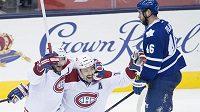 Tomáš Plekanec (uprostřed) oslavuje svůj vítězný gól proti Torontu se spoluhráčem z Montrealu Andrejem Markovem, vpravo smutný zadák Maple Leafs Roman Polák.