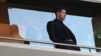 Suspendovaný kouč Atlétika Madrid Diego Simeone na tribuně při odvetě sdemifinále EL s Arsenalem.