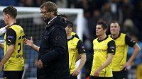 Zklamaní fotbalisté a kouč Dortmundu Jürgen Klopp.