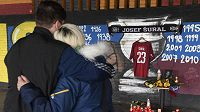 Pietní místo na památku fotbalisty Josefa Šurala, který zemřel v Turecku po nehodě minibusu, vzniklo v pondělí u stadionu pražské Sparty, v jejímž dresu hrál.