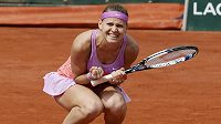 Lucie Šafářová slaví vítězství nad Španělkou Garbiňe Muguruzaovou.