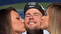 Britský cyklista Cavendish si užívá polibků od hostesek po vítězství v šesté etapě Tirreno-Adriatico.