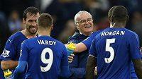 Trenér Leicesteru Claudio Ranieri se svými svěřenci.