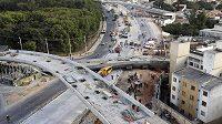 V brazilském Belo Horizonte se zřítil rozestavěný most.