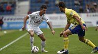 Zleva Milan Petržela ze Slovácka a Lukáš Vraštil ze Zlína v utkání 8. kola první fotbalové ligy