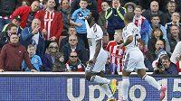 """Útočník Swansea Bony Wilfried vytahuje po skórování dres a ukazuje na svém tričku dvě fotografie s nápisem """"Odpočívej v pokoji""""."""