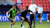 Hráče Chelsea Fernanda Torrese (vlevo) a Johna Obiho Mikela sleduje během tréninku José Mourinho.