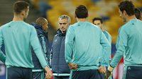 Kouč Chelsea Jose Mourinho během tréninku v Kyjevě před utkáním Ligy mistrů.