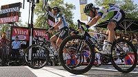 Italský cyklista Matteo Trentin (vlevo) ve finiši 14. etapy Tour těsně porazil Švýcara Michaela Albasiniho.