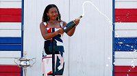 Čerstvá šampiónka Australian Open Naomi Ósakaová se šampaňským a pohárem.